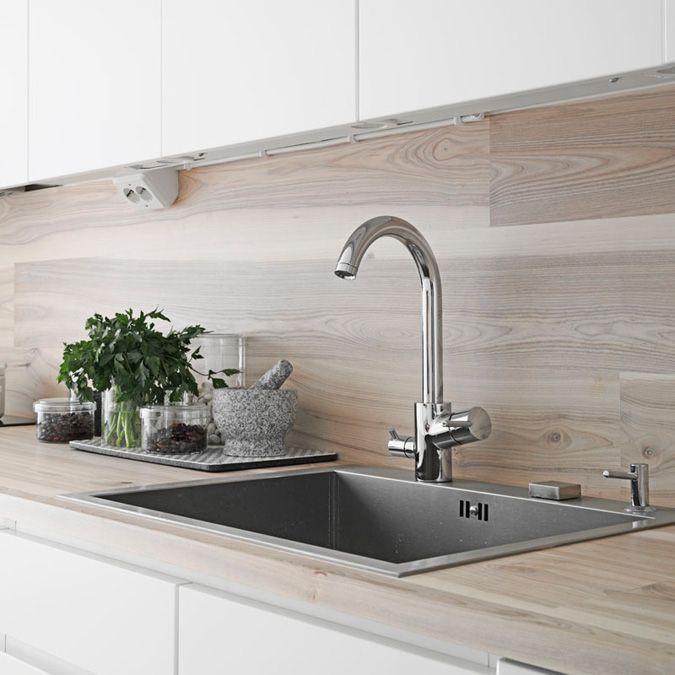 cocina blanca: encimera y frente en madera