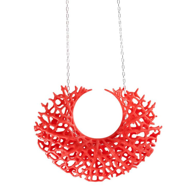 A fine network of vessels defines the surface of this crescent-shaped pendant which was inspired by how veins form in leaves. The The densely interconnected structure of 3d-printed nylon is at once ai
