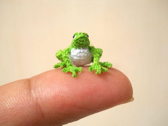 Green Frog  Micro Crochet Miniature Tiny Stuffed Animals  door SuAmi