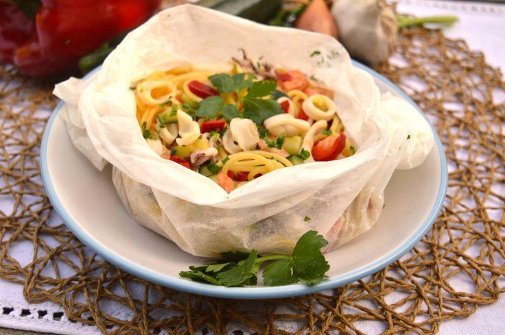 Ecco la ricetta degli spaghetti al cartoccio Bimby, per un primo piatto insolito e creativo con verdure e pesce. Il cartoccio di pasta al Varoma è gustoso