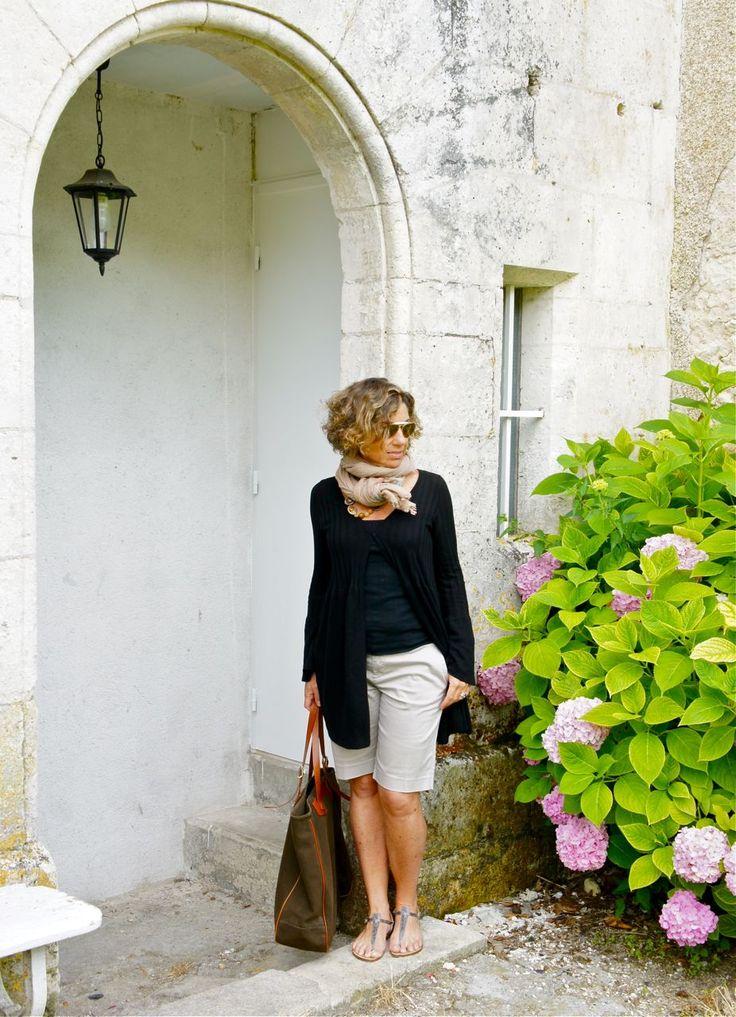 Um suéter fininho dá conta do ar mais fresco, especialmente pela manhã e na sombra.  Cardigã BP Studio, t shirt Topshop, shorts Banana Republic, sandália Rondini e bolsa Chez Dédé!