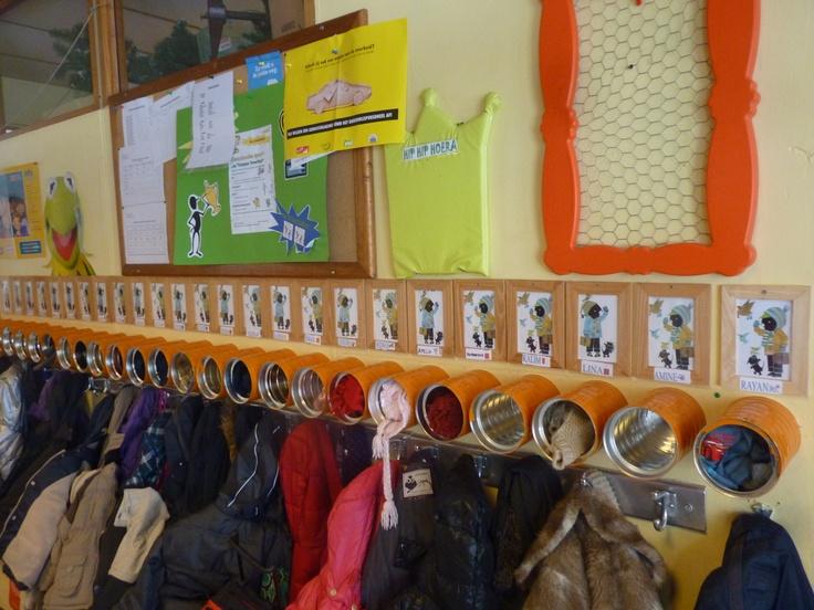 Boven elk kapstokje een blik (babyvoeding) voor muts, handschoenen, ... nooit meer op zoek naar onze spulletjes!