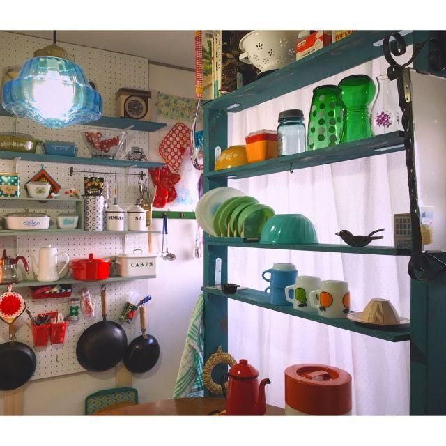 hilaさんの、ごちゃごちゃ,カラフル,昭和レトロ,レトロ,ヴィンテージ,ミルクガラス,パイレックス,ファイヤーキング,DIY,DIY棚,PILLAR BRACKET,古い家,昭和の家,賃貸,キッチン,のお部屋写真