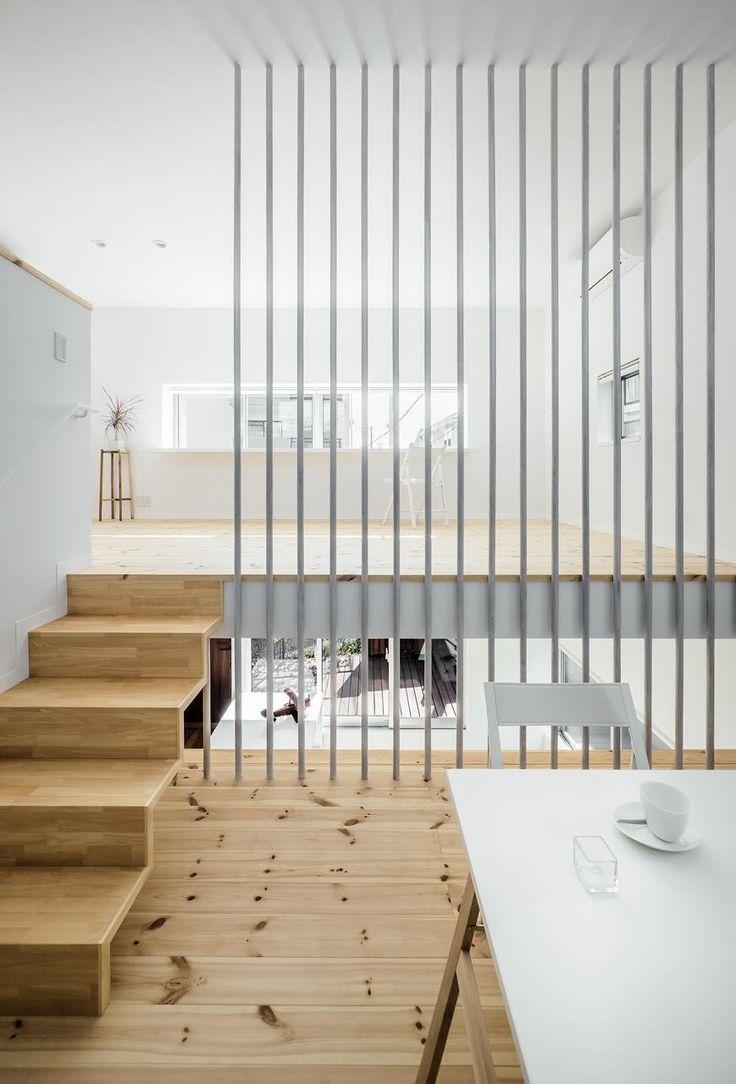 Swallow House by UZU Architects casa hogar futuro blanco escalera entrepiso lineas divisor