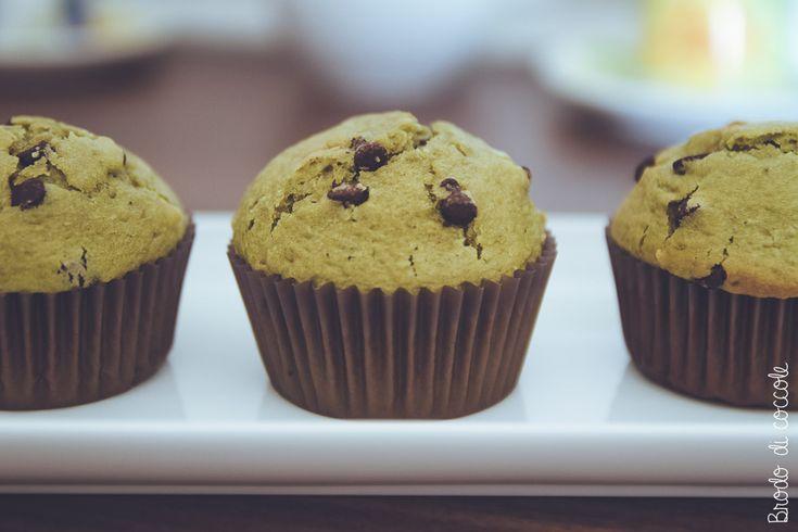 Profumano di posti lontani ma sono perfetti per una colazione o merenda in casa. Esotici e sani, i muffin al tè matcha e cioccolato sono una bontà unica.