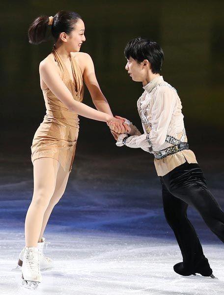 写真はエキシビションで演技する浅田(左)と羽生(2014年03月30日) 【時事通信社】