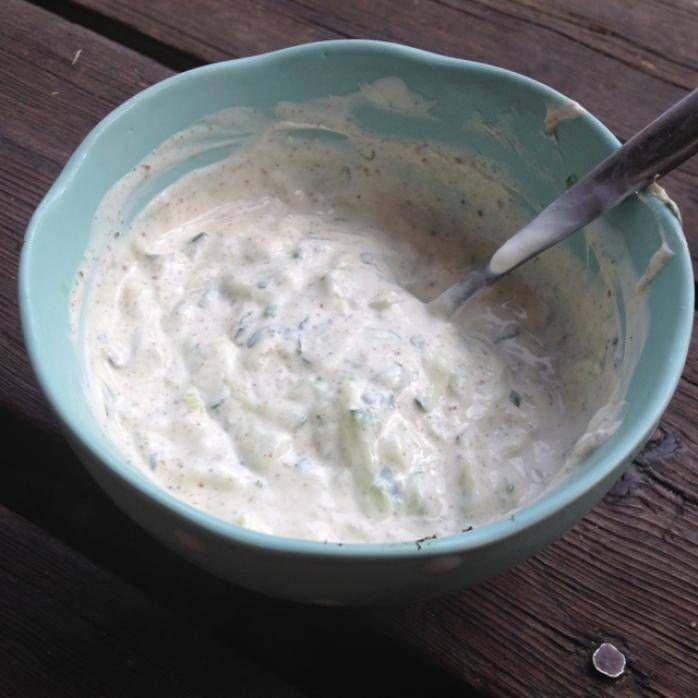 Fräsch gurk- och myntasås som smakar fantastiskt till exempelvis tandoorikycklingspett.