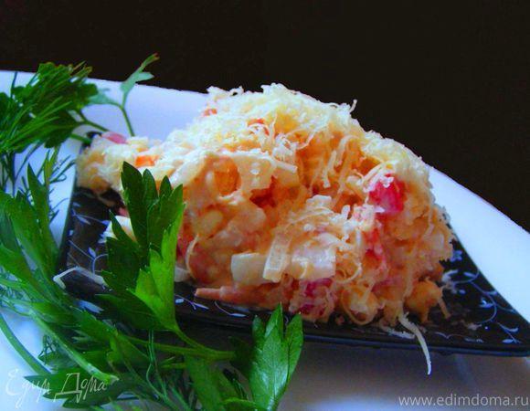Сырный салат с креветками и помидорами. Ингредиенты: помидоры, креветки, лук репчатый