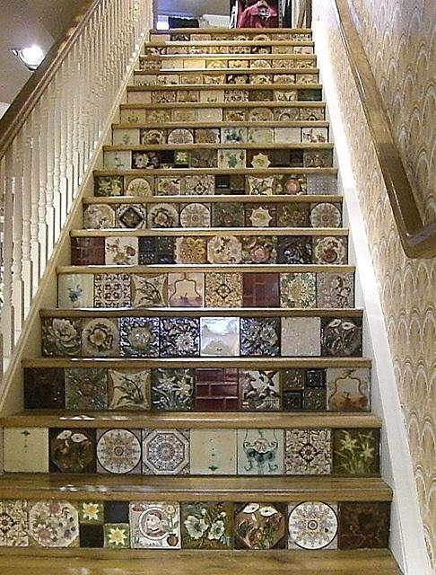 the staircase at White Stuff, Worcester. Grappig idee maar dan met Portugese of Marrokaanse of Makkumer tegels.
