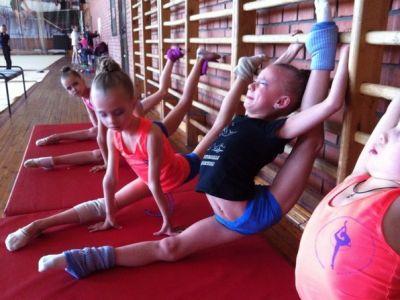 限界を超えた柔軟性に挑み続ける新体操の厳しい柔軟トレーニング風景