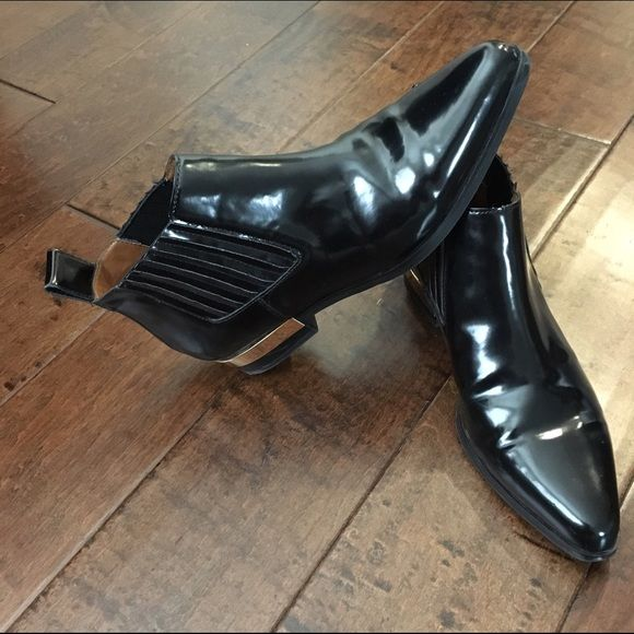 Zara Boots! Used twice, Zara boots. Beautiful design. Simple & sleek black boots. Great for this season! Buy me, Now! ❤️ Zara Shoes Ankle Boots & Booties