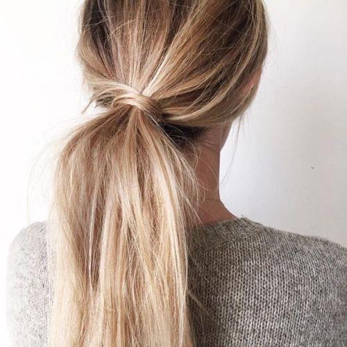 Simple et chic, la queue de cheval nouée avec une mèche de cheveux a tout bon !