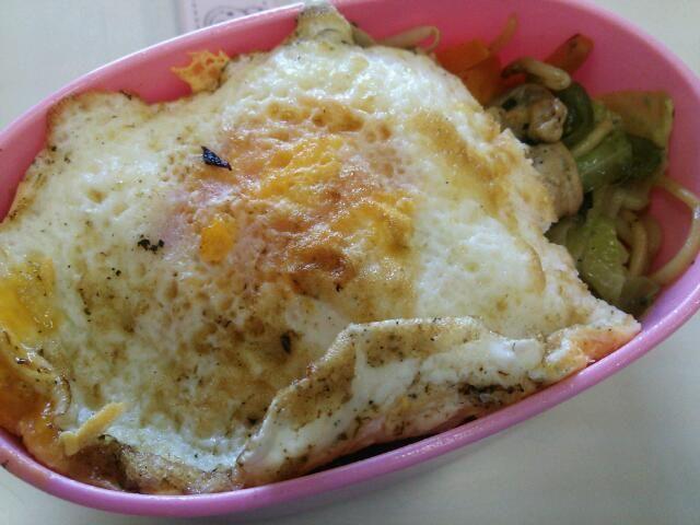 今日のお昼  味付けは塩キャベツの素です(^o^) レシピ通りに作った塩キャベツが今一つだったので、炒めものの味付けによく使っています♪ 個包装だし簡単に味が決まるのでパパっと料理を作りたいときにすごく便利です! - 15件のもぐもぐ - 塩焼きそば by Iwachaki