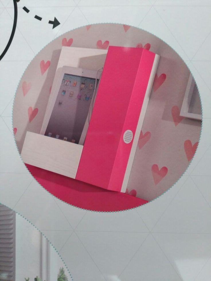 Cargador de móvil con altavoz integrado en el conjunto de habitación juvenil. En derbe muebles, Madrid