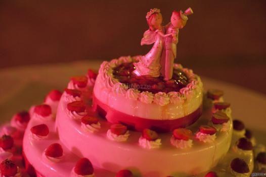 Romantica torta nuziale con fragoline e cake topper
