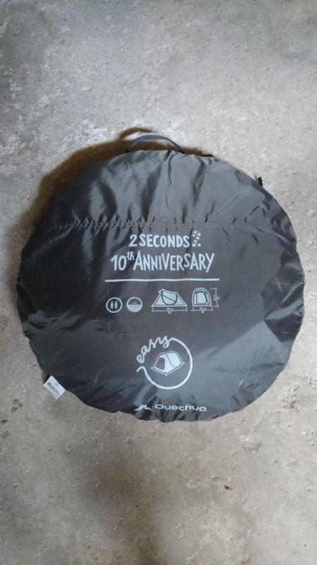 tente Quechua pour 2 personnes, édition 10ème anniversaire. Se déploie en 2 secondes une fois sortie de sa sacoche de transport. Repli assez simple en un peu plus de temps, notice explicative avec la tente.Elle a très peu servi !