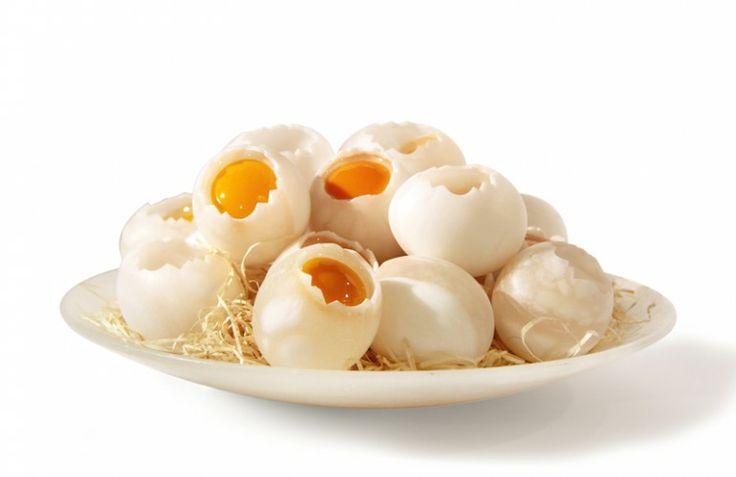 Uovo rotto in alabastro, realizzato da Marco Ricciardi.