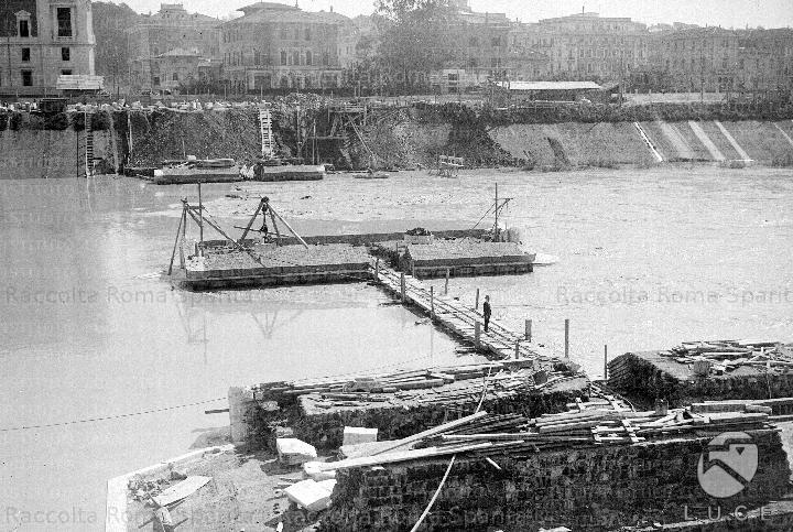 Cantieri per la costruzione dei muraglioni sul Tevere Anno: Primi del '900