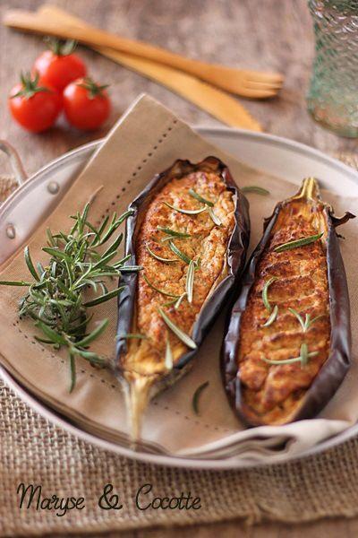 Aubergines farcies aux deux fromages      4 aubergines     80 g de parmesan     150 g de fromage de chèvre frais     1 oeuf     4 c à s d'huile d'olive     1 c à s de thym frais     sel, poivre et un peu de paprika