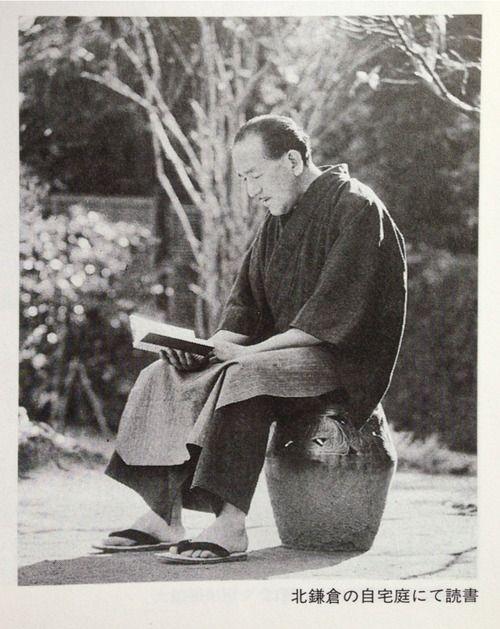 Yasujiro Ozu reading