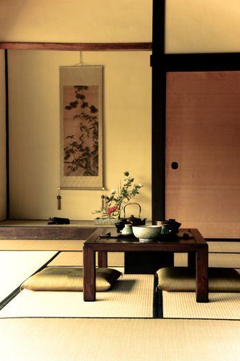 純和風の畳のお部屋です。床の間に掛け軸、生け花と細部まで和空間を演出しています。1度はやってみたいガッツリ和スタイル。