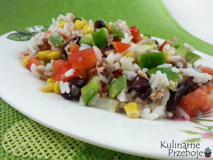 Sałatka z tuńczykiem, ryżem i czerwoną fasolą. Sałatka z tuńczykiem i czerwoną fasolą. Sałatka ryżowa z czerwoną fasolą i tuńczykiem.