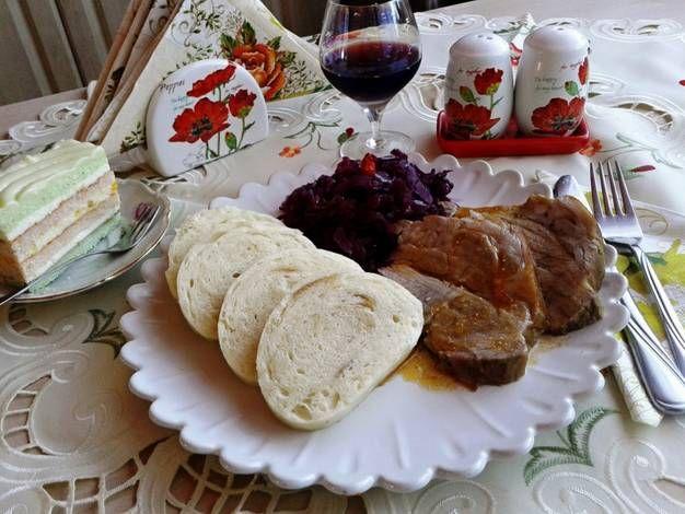 Egyben sült sertésoldalas, mozaikos knédlivel és almás vörösboros vöröskáposztával
