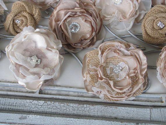 Flores de tela de arpillera rhinestone pastel  Este es un hermoso conjunto de 13 flores de arpillera y la tela para tu pastel. Estas flores miden entre 2 y 5 1/2 de ancho, con un centro de perla y diamantes de imitación. En la parte posterior de cada flor es un diente para insertar en el pastel que mide 1 1/2 de largo.  PEDIDOS PERSONALIZADOS *** Me necesitan en otro colores convo a y me avisas. Las flores en la foto desnuda, marfil y beige con la arpillera tan.  PEDIDOS PERSONALIZADOS…