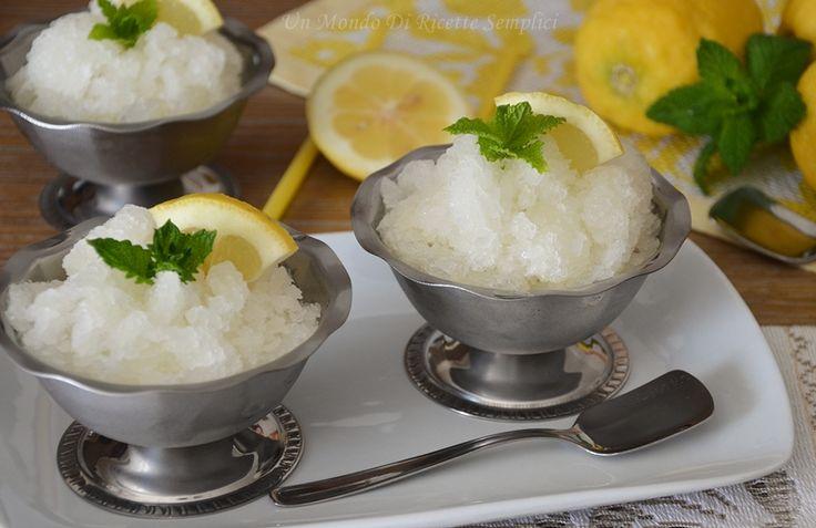 La granita al limone è un dolce al cucchiaio dalla consistenza granulosa fresco e dissetante, perfetto da servire in estate accompagnato da una brioche.