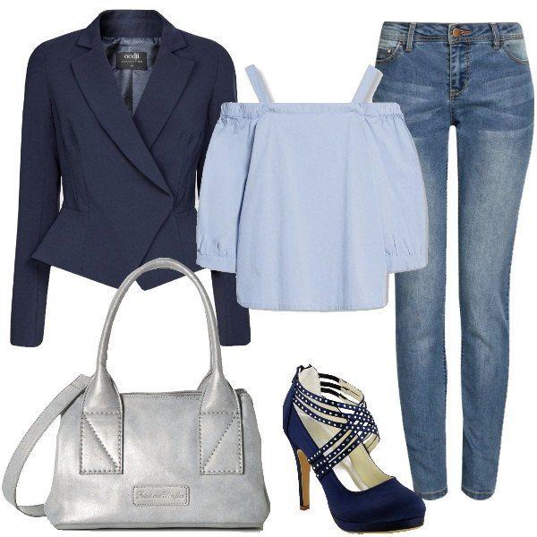 Outfit pensato per le donne che non rinunciano al jeans nemmeno per andare in ufficio. Il total look è formato da un jeans modello skinny, una camicetta con maniche a 3/4 che lascia le spalle scoperte, un blazer blu, un paio di décolleté blu e una borsa in silver.