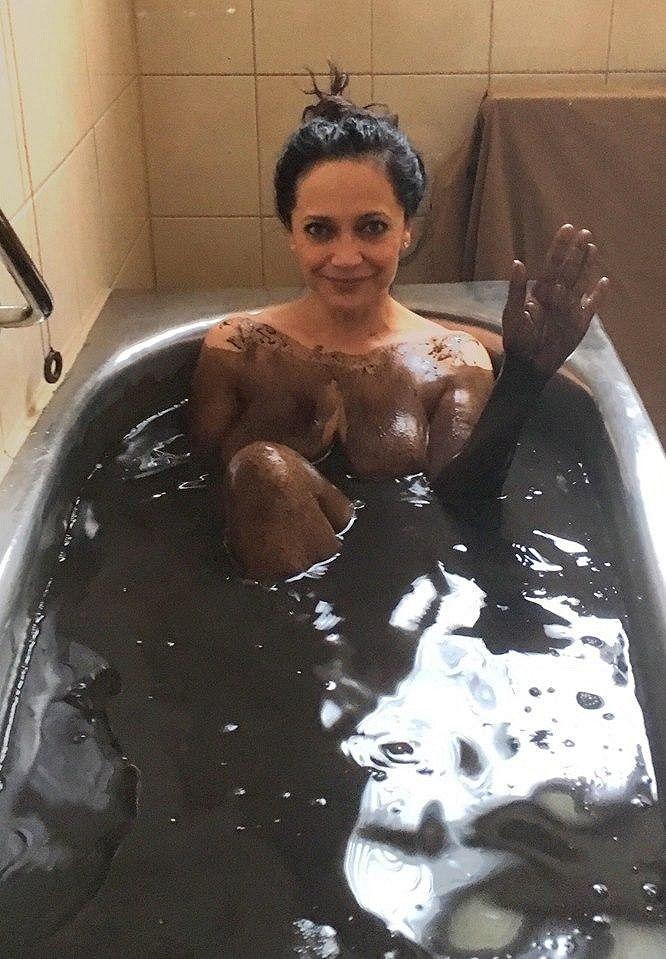 Lucie Bílá slaví Mezinárodní den žen ve vaně plné čokolády.