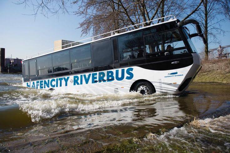 In der Hansestadt startet ein deutschlandweit einmaliges Projekt: Ein Amphibienbus zeigt Touristen künftig die schönsten Seiten von HafenCity und Speicherstadt. Die Auflagen dafür sind jedoch hoch.