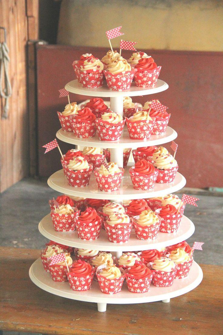 Cupcakes Hochzeitstorte, Wedding Cupcakes Tower im 50er Jahre Look mit ...
