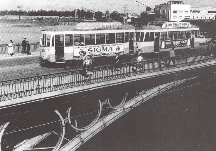 ¡Buenos días #Triana! Hoy nos subimos a aquel tranvía que pasaba por el puente de Isabel II, en la primera mitad del siglo XX. ¡Todo el ocio y la cultura de nuestro barrio en http://www.trianaocio.es/! #Sevillahoy