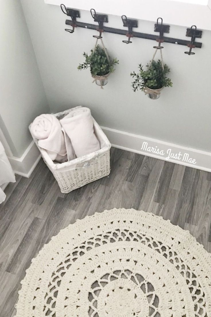 Cozy farmhouse bathroom decor Fake wood flooring Circle rug Hanging plants All the details when you click the picture! #CircleRugs