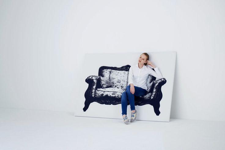 Trompe l'oiel - poltrona estilo rococó. A Canvas, idealizada pelo estúdio japonês YOY, nada mais é que um quadro feito de madeira e alumínio, coberto por um tecido elástico com o desenho de uma cadeira. Como a tela tem fundo branco, ao ser encostada em uma parede da mesma cor, dá a impressão de fazer parte da mobília.  Arquitetura Ene: A ARTE DE TORNAR POSSÍVEL