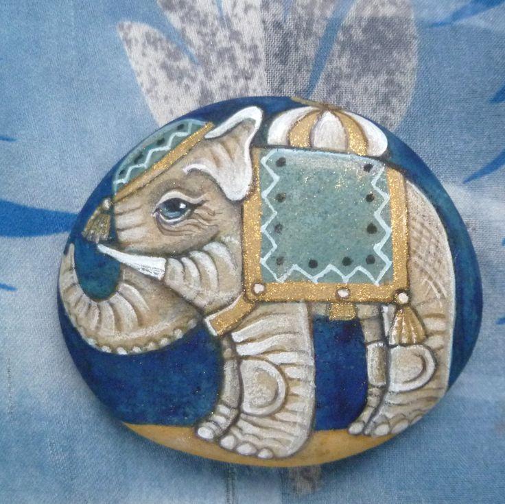 Modrý+slon,+dárce+naděje+Malovaný+oblázek,+65x55+mm,+vodové+a+temperové+barvy,+přestřikový+lak.+Není+vhodný+do+vlhkého+prostředí.