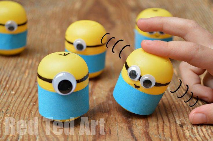 """Minion Craft Ideas - Weebles from Kindersurprise Eggs. Tentetieso muy gracioso con huevos """"killer"""" sorpresa. ¿El truco?: introducir unas monedas y """"disfrazarlo"""". Estos minions están muy bien, pero hay infinidad de posibilidades. Escoge la tuya."""