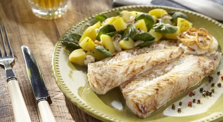 Merluciu cu sos de ceapa alba caramelizata si salata calda
