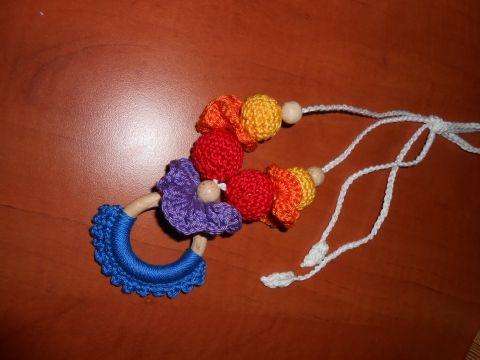 Hordozós nyaklánc - szivárvány fonAlom kézművestől