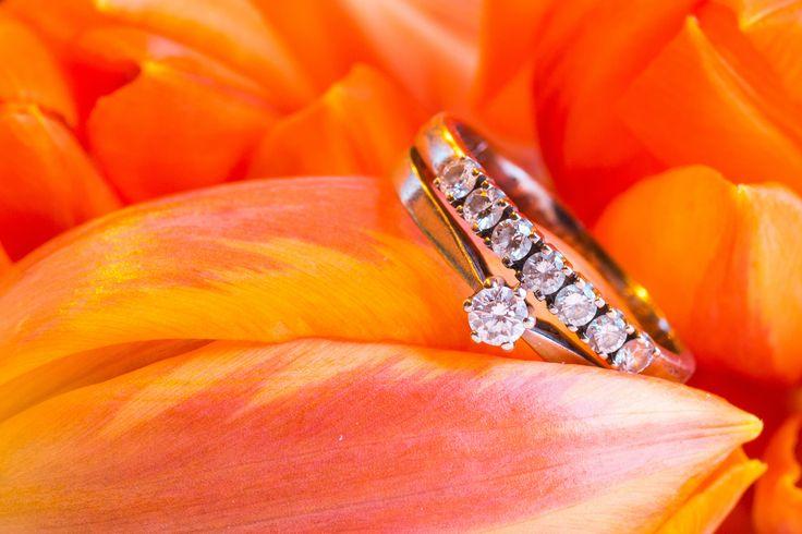 Кольца в цветах. Наверно ни одна свадебная фотосессия не обходится без фотографии свадебных колец. Один из вариантов, в котором драгоценности смотрятся в наилучшем свете – это цветы.  Time of Diamonds zoloto.com.ua