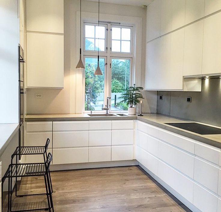 Vitt kök med betongskiva