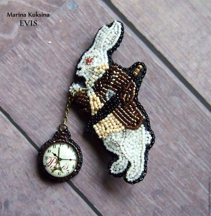 """Купить Брошь """"Кролик из Алисы в стране чудес"""" - комбинированный, кролик, кролик из Алисы, кролик с часами"""