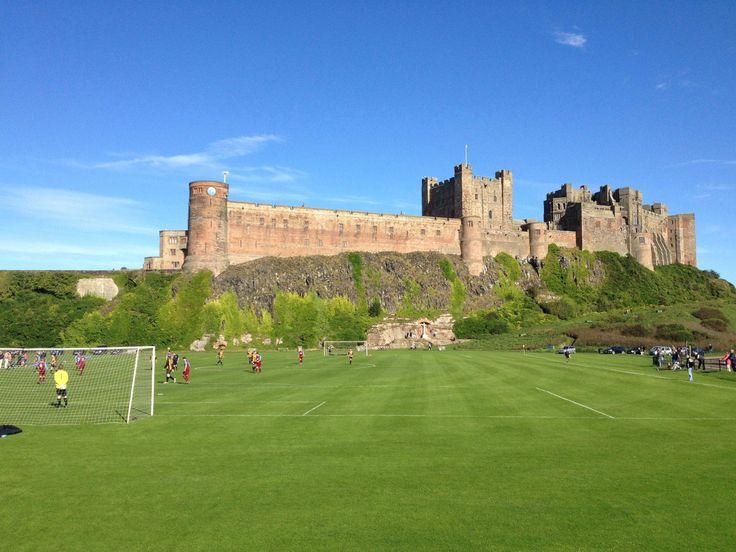 Cancha de fútbol con castillo Bamburgh de fondo. Northumberland, Inglaterra: