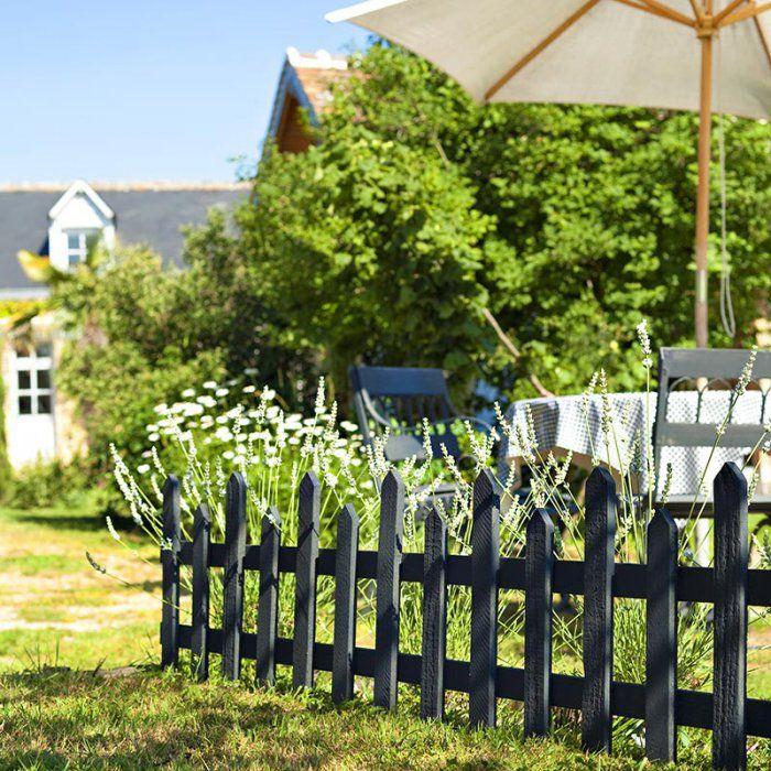 Des clôtures noires pour un jardin pas si classique