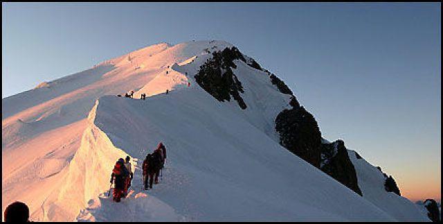 VAKKERT: Mont Blanc våkner til en ny dag og en strøm av folk klatrer fjellets rygg. Alle foto: LinnYttervik