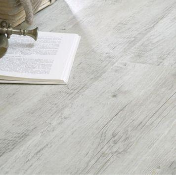 Licht grijze / witte pecan pvc vloer. Deze pecanhouten vloer past goed in een basic interieur waarin geleefd mag worden. Rechte en klassieke lijnen, fijne patronen en mooie naturel kleuren komen hier goed tot hun recht.