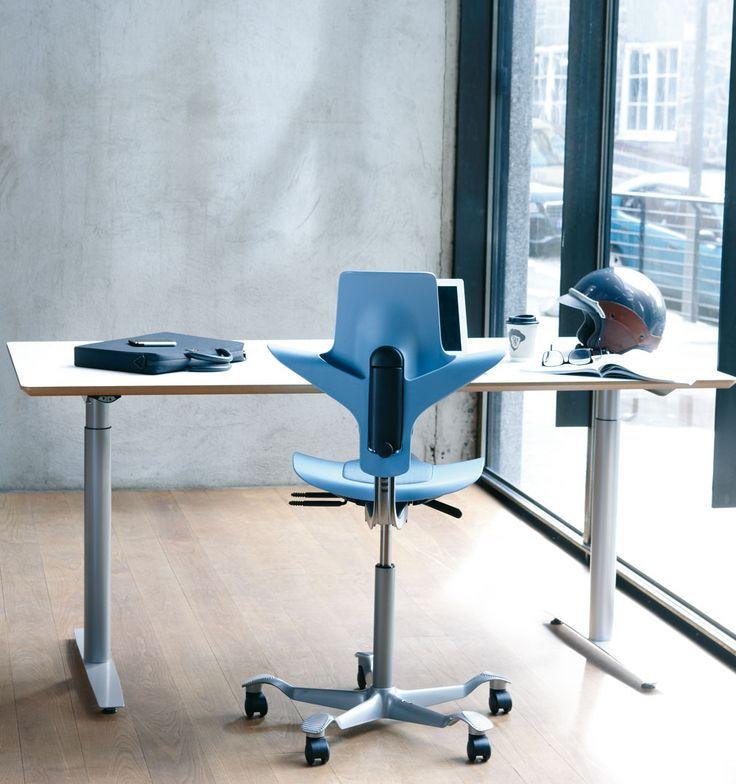 HÅG Capisco 8010 är en plaststol som levereras med sits och ryggstöd. Sitsen har en integrerad kudde för bättre komfort. Den sadelformade sitsen kan ställas in från låg sittställning hela vägen upp till stående arbetsställning. Du kan arbeta rörligt och dynamiskt, men ändå i full balans. Sitshöjd, sitsdjup och ryggstödshöjd kan justeras. Gungmotståndet är justerbart och låsbart. Fotkrysset finns i svart eller silverlackerad aluminium. Stolen har som standard en 200 mm gasfjädring.