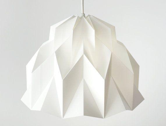 TAILLE : 12/ 30 cm de diamètre et 10 / 25 cm de hauteur COULEUR : Blanc brillant  Labat-jour volant apporte le parfait mélange de modernisme et romantisme à votre espace préféré. Illuminez votre petit coin avec cette lumière adorable, mais sophistiquée.  o à la main a marqué + plié avec papier synthétique. Expulsé de pastilles en polypropylène, ce matériau est 100 % recyclable, imperméable à leau, sans arbres, super lisse et durable, lingettes propre et ne sera pas déchirer.  MONTAG...