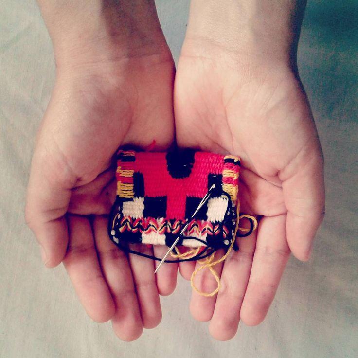 Los sábados de Enero en @santiagotextil dictaremos un taller donde reproduciremos esta maravillosa miniatura de la cultura incaica. #tapiceria #bordado  #tejido #tapestry #weaving #embroidery #weave #woven #precolombino #precolumbian #miniature #miniatura #andes #inca